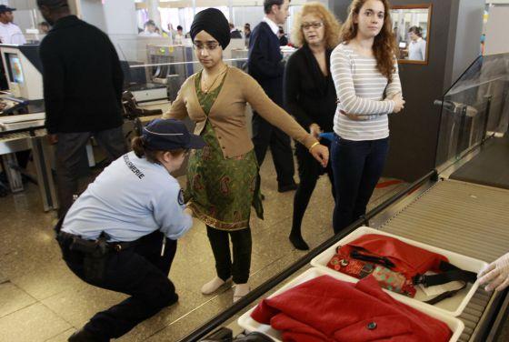 Cacheo de pasajeros en el aeropuerto francés Charles de Gaulle. REUTERS