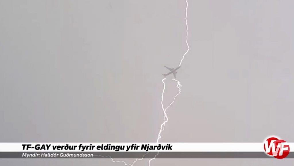 Un rayo impacta en un A330 de WowAir